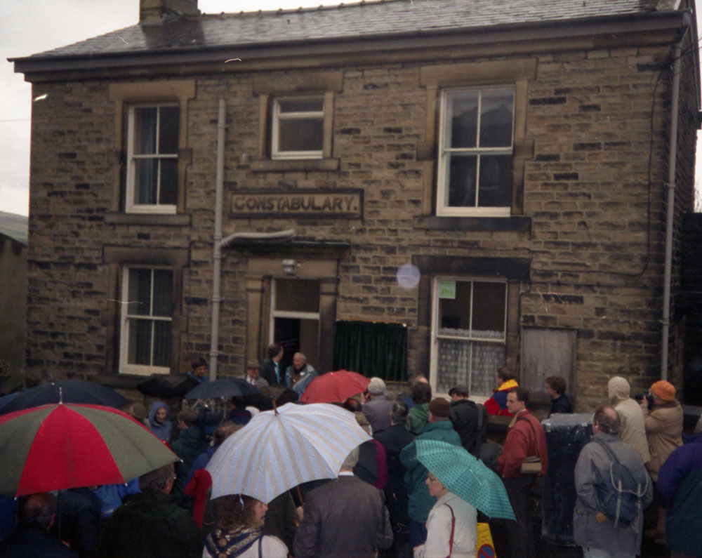 Benny Rothman at the Constabulary to unveil the plaque commemorating the Kinder Mass Trespass in 1934 when he was imprisoned here. (n03073)