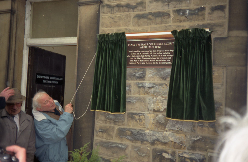 Benny Rothman unveiling the plaque (n03077)